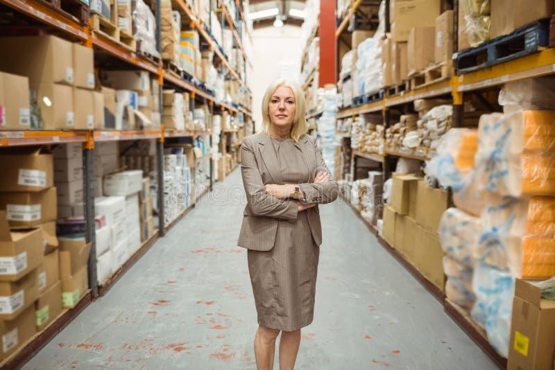 Серьезный женский менеджер при пересеченные оружия стоковые фото
