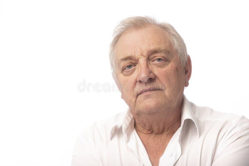 Серьезный зрелый человек на белой предпосылке стоковые изображения rf