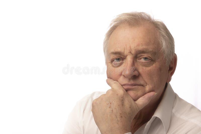 Серьезный зрелый человек на белой предпосылке стоковая фотография rf