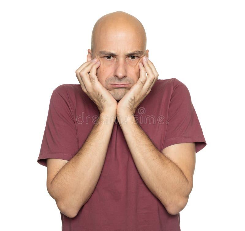 серьезный лысый человек, изолированный от белого стоковые изображения rf