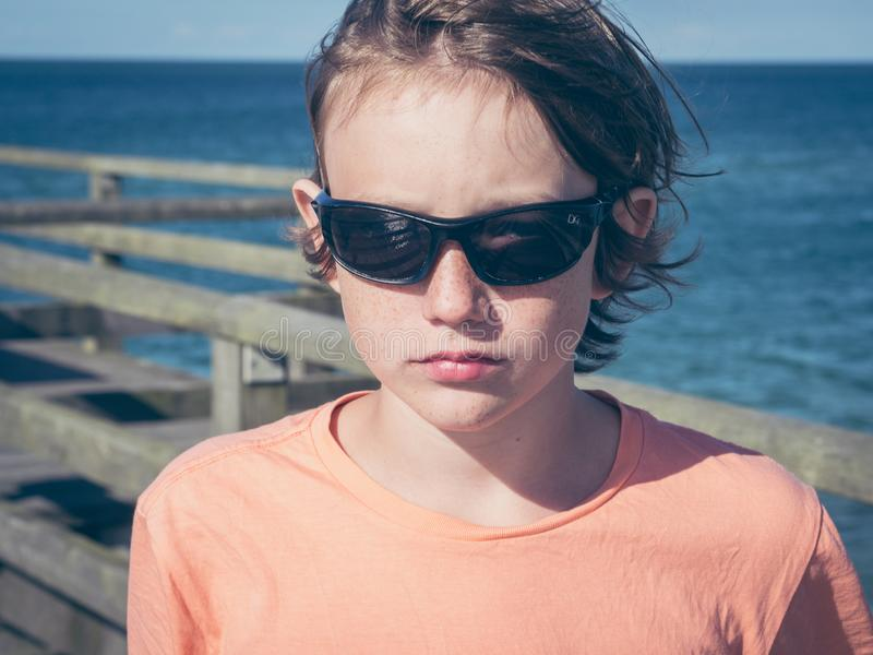 Серьезный мальчик на побережье стоковая фотография