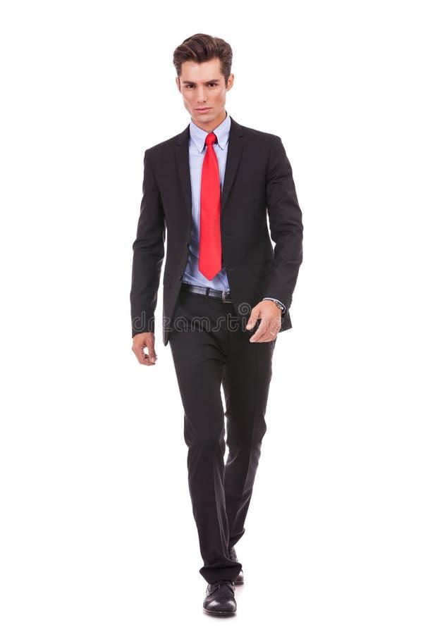 Серьезный молодой человек гуляя вперед стоковая фотография rf