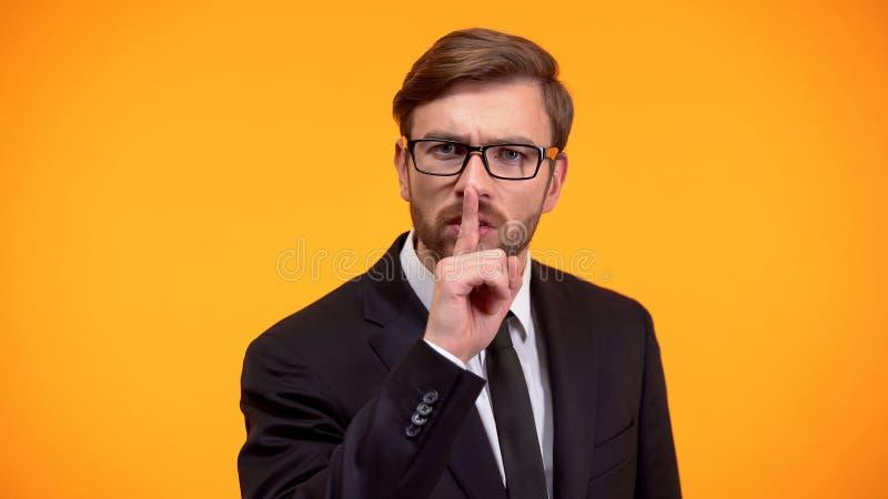 Серьезный мужской показывая жест безмолвия, nondisclosure личных данных, секрета стоковые изображения