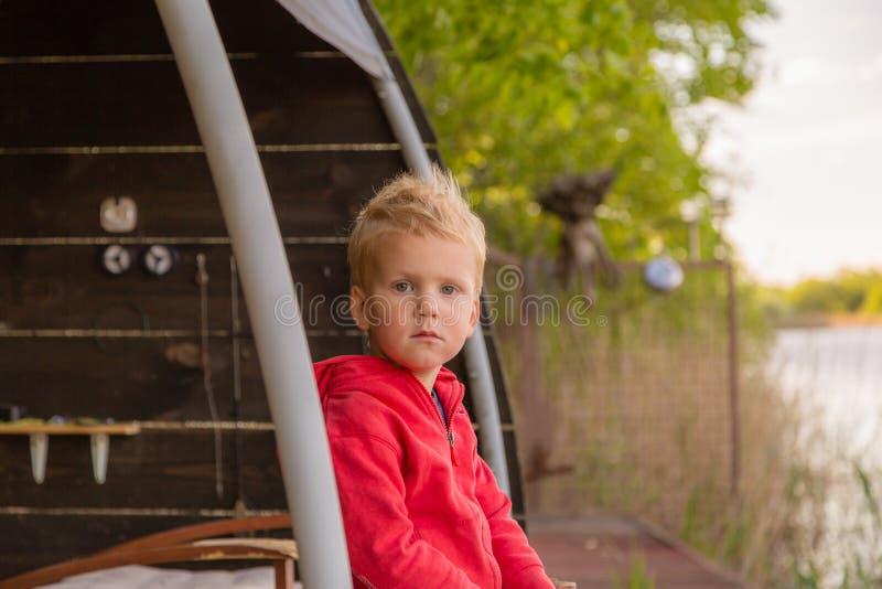 Серьезный портрет мальчика стоковые фотографии rf