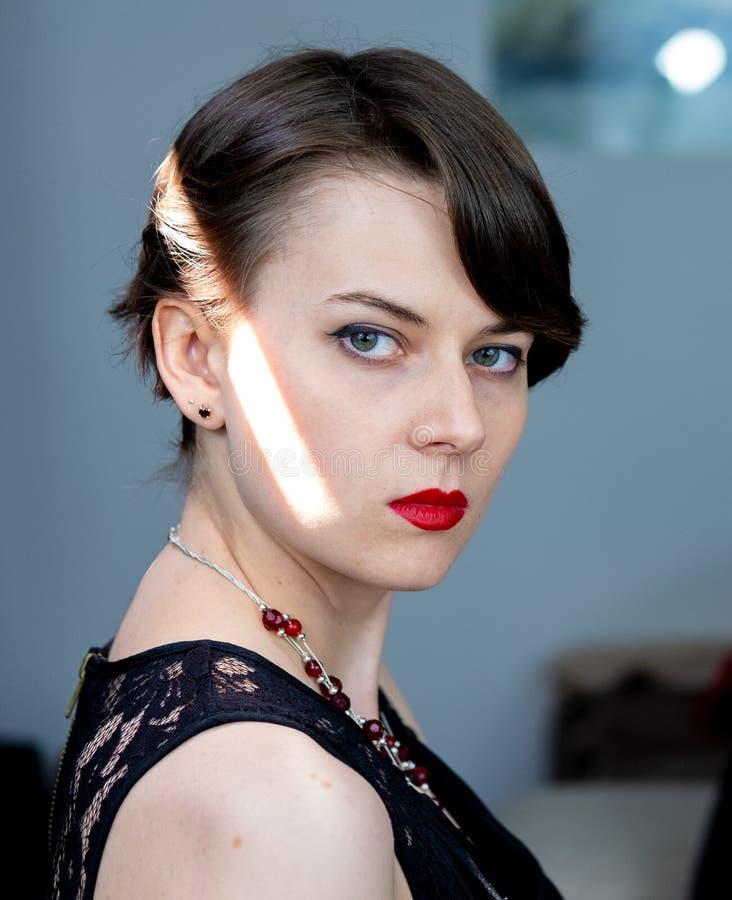 Серьезный портрет модели brunete с короткими волосами стоковая фотография