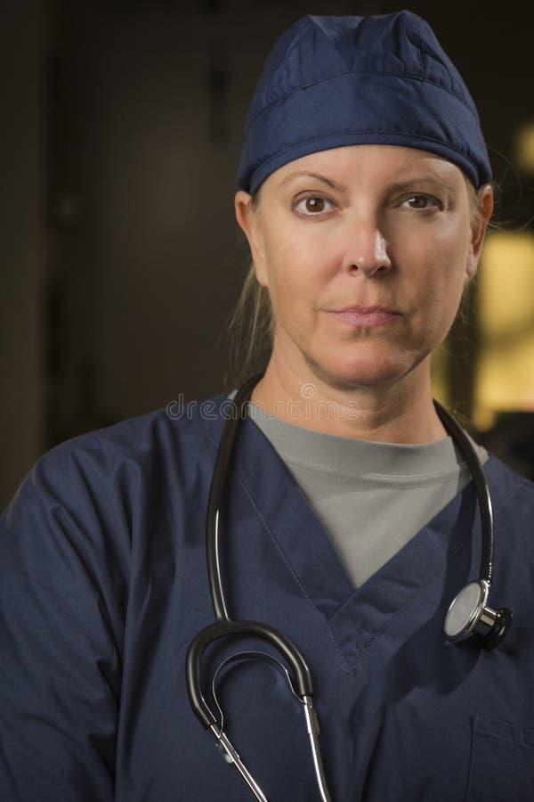 Серьезный привлекательный женский портрет доктора или медсестры стоковая фотография rf