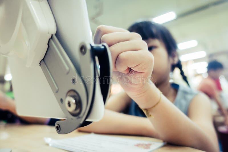 Серьезный ребенк девушки учит как использовать цифровую таблетку стоковое фото