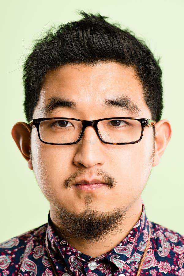 Backgroun зеленого цвета определения серьезных людей портрета человека реальных высокое стоковое изображение rf