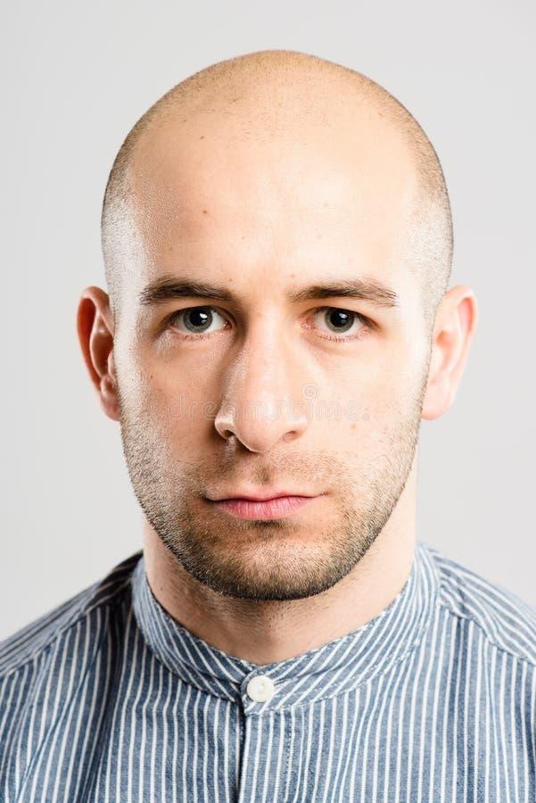 Предпосылка серого цвета определения серьезных людей портрета человека реальных высокая стоковое фото