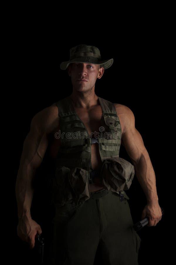 Серьезный солдат с оружием стоковые изображения rf
