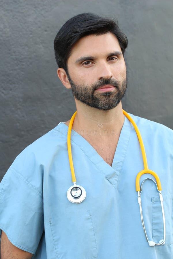 Серьезный средний работник здравоохранения взрослого мужчины стоковое изображение