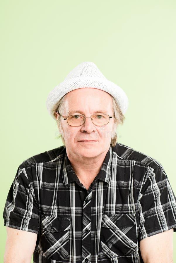 Предпосылка зеленого цвета определения смешных людей портрета человека реальных высокая стоковые фотографии rf