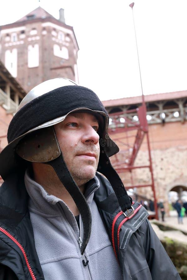 Серьезный человек в шлеме рыцарей стоковые фотографии rf