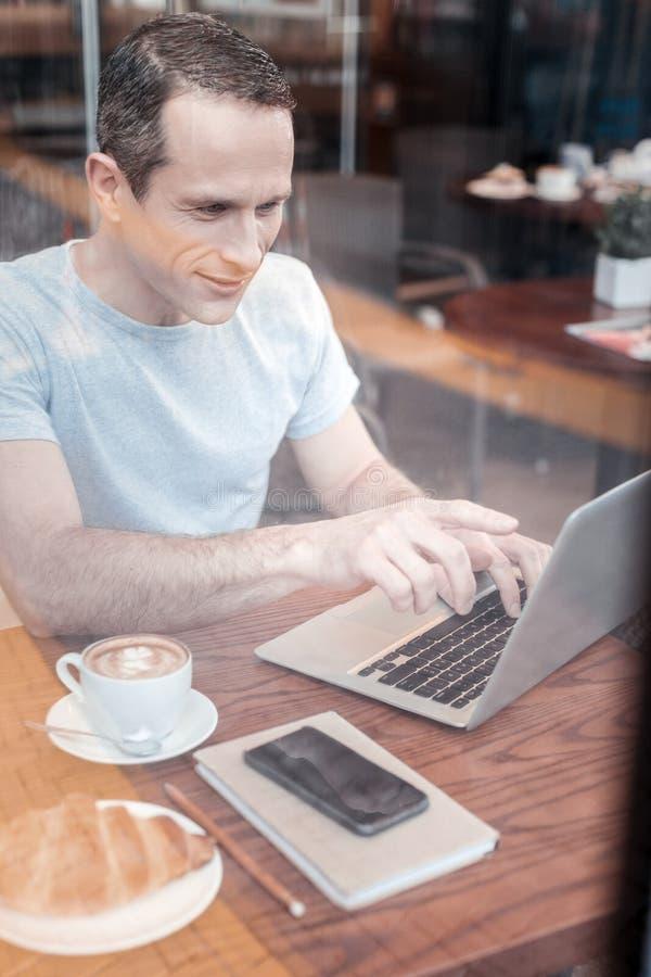 Серьезный человек указывая на его компьтер-книжку стоковое фото
