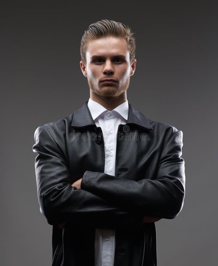 Серьезный человек в кожаном пальто стоковое фото