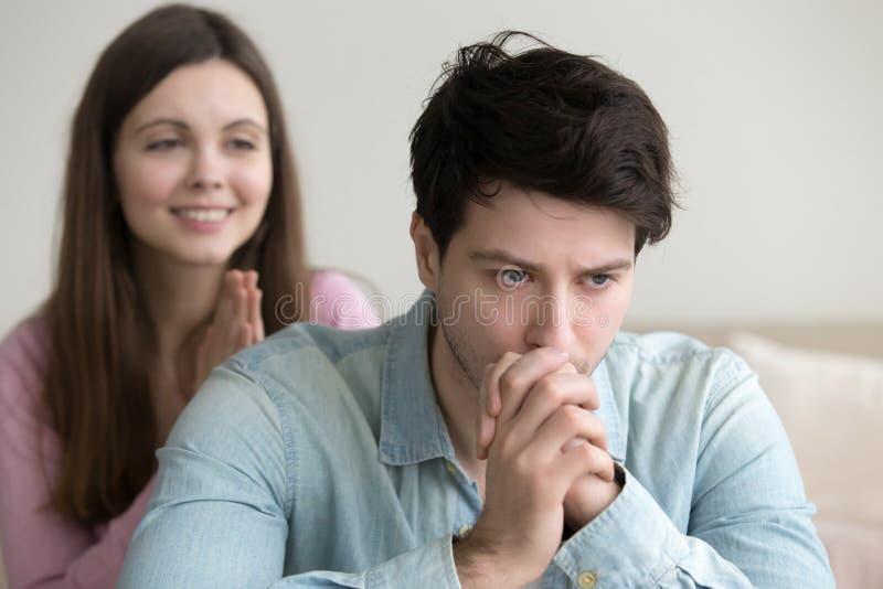 Серьезный человек осадки рассматривая признавать извинение подруги, тонкое стоковые фото