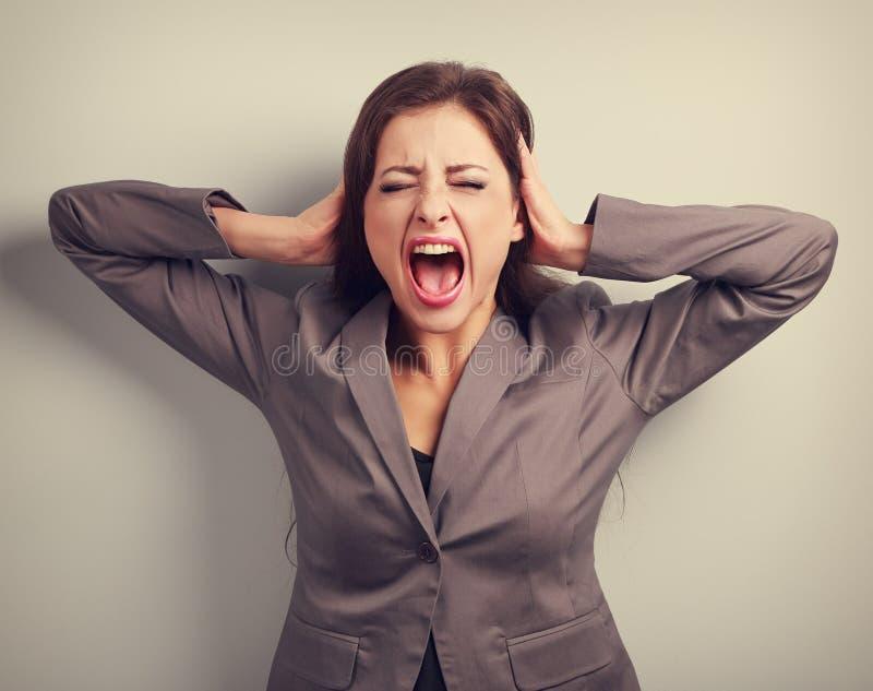 Сердитая бизнес-леди в кричащем костюма сильное с одичалым открытым mou стоковая фотография
