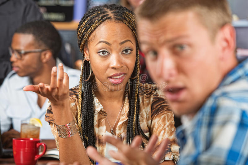 Сердитая женщина и confused человек стоковое фото rf