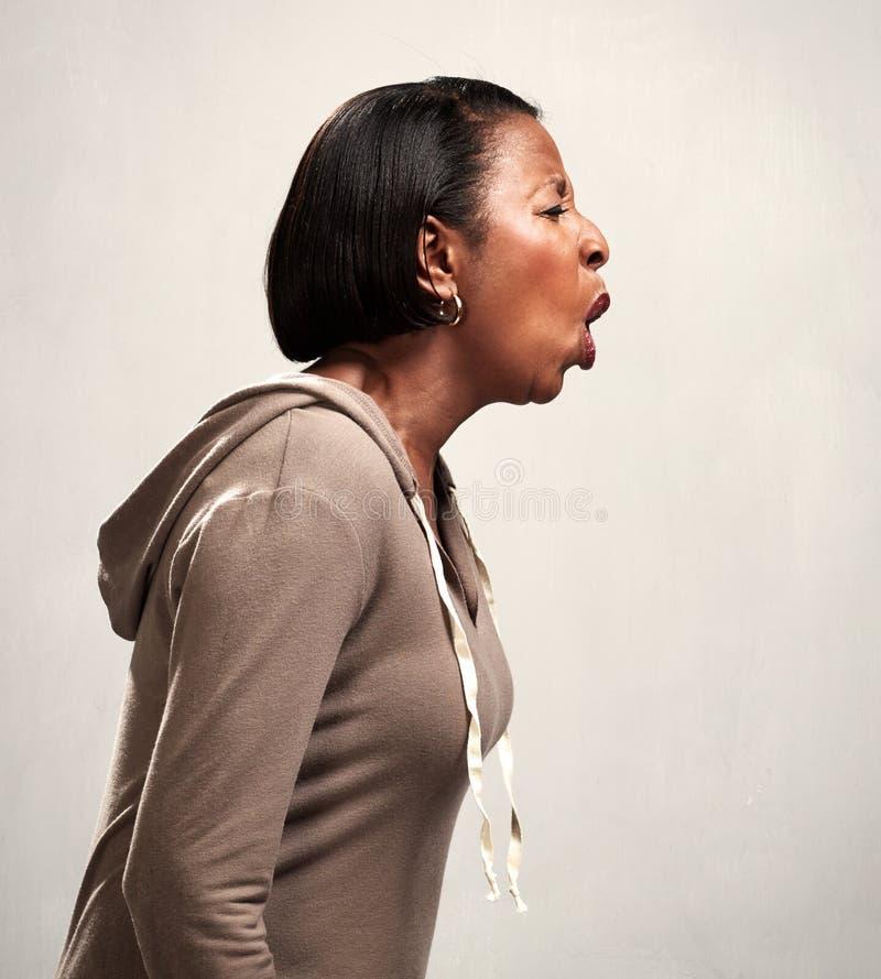Сердитая кричащая Афро-американская женщина стоковое фото rf