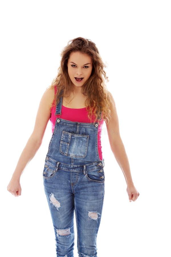 Сердитая кричащая молодая женщина с сжатым кулаком стоковые фото