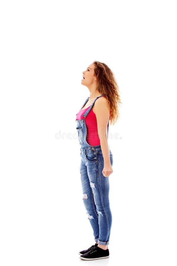 Сердитая кричащая молодая женщина с сжатым кулаком стоковое фото rf