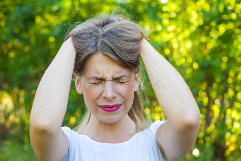 Сердитая молодая женщина имея нервное расстройство стоковые изображения rf