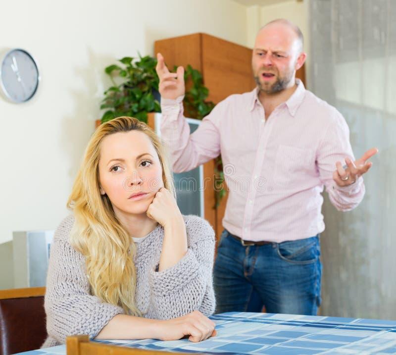 Сердитые пары во время ссоры стоковые фотографии rf