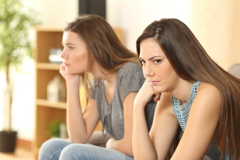 Сердитые друзья или соквартиранты дома стоковые фотографии rf