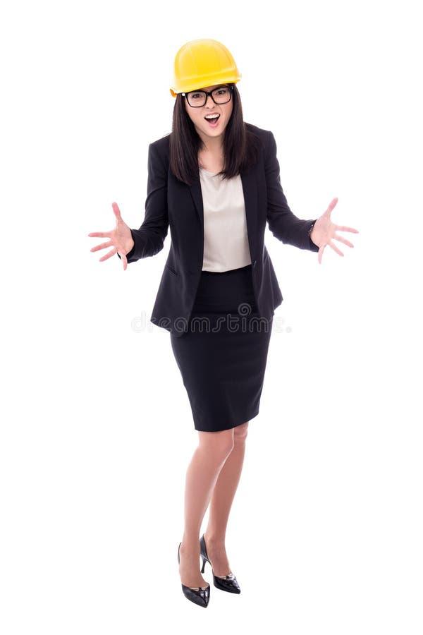 Сердитый архитектор бизнес-леди в желтом шлеме изолированном на whit стоковые изображения rf