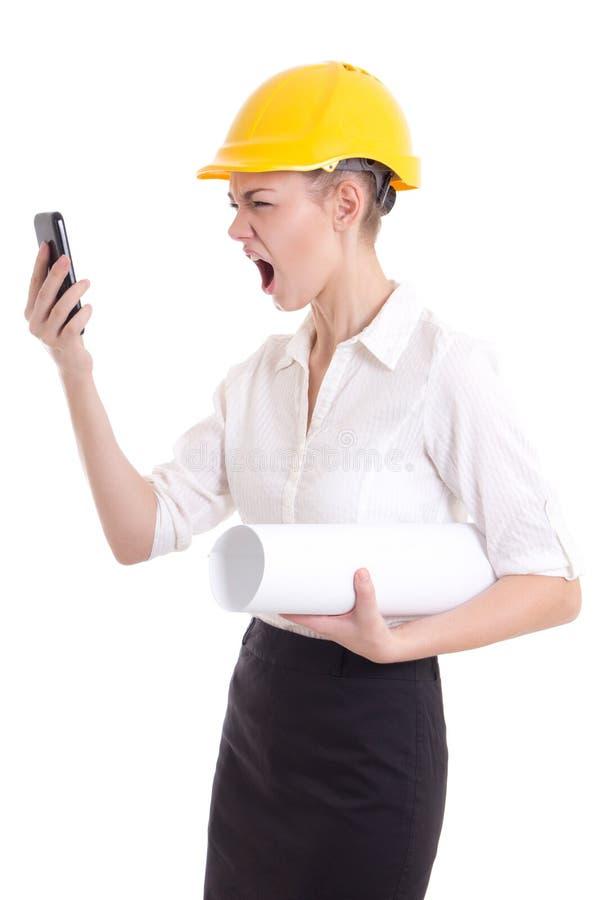 Сердитый архитектор бизнес-леди в желтый кричать шлема построителя стоковая фотография