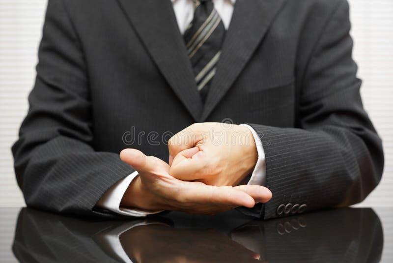 Сердитый бизнесмен делая кулак на встрече стоковое изображение rf