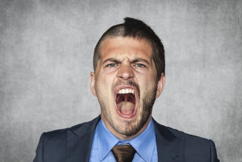 Сердитый бизнесмен кричащий, смешная стрижка стоковое изображение rf