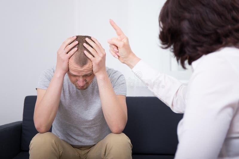 Сердитый работодатель уволя унылый работник в офисе стоковые изображения