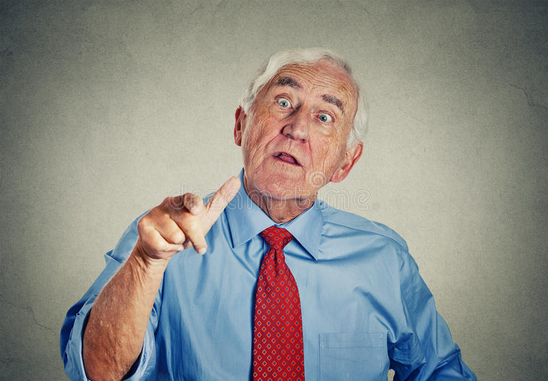 Сердитый разочарованный пожилой старший человек стоковые фотографии rf