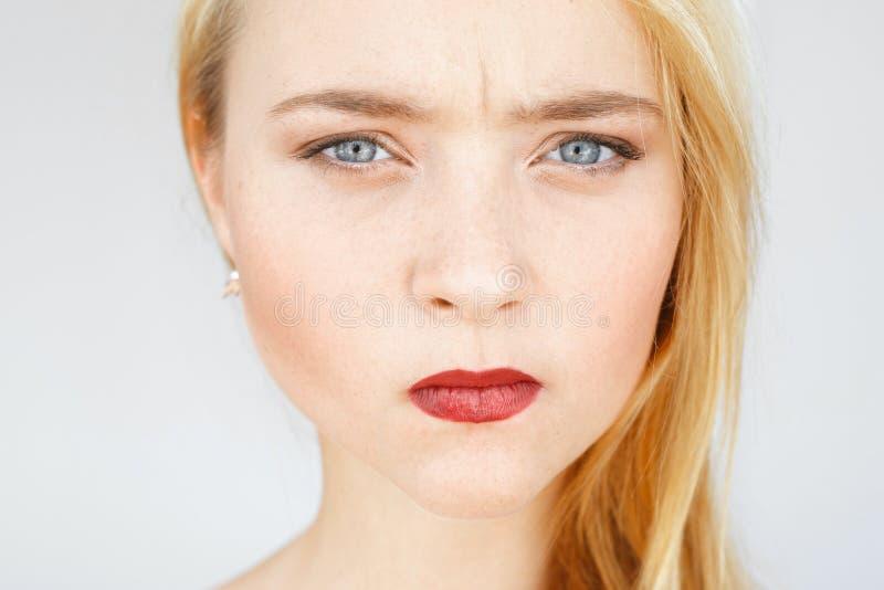 Сердитый унылый рыжеволосый портрет женщины стоковые фото