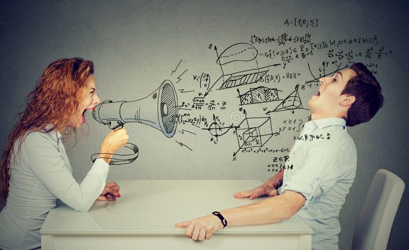 Сердитый учитель с мегафоном крича на вспугнутом студенте дунутом отсутствующим волной формул науки стоковые изображения
