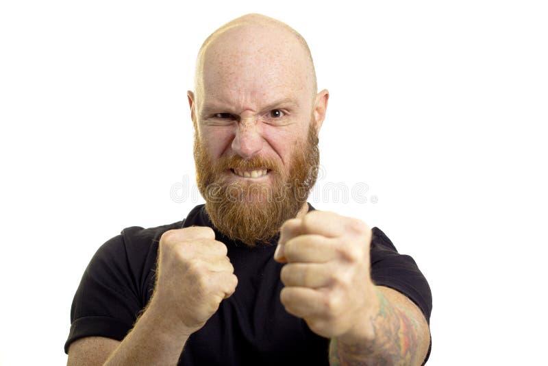 Сердитый человек в воюя положении стоковая фотография