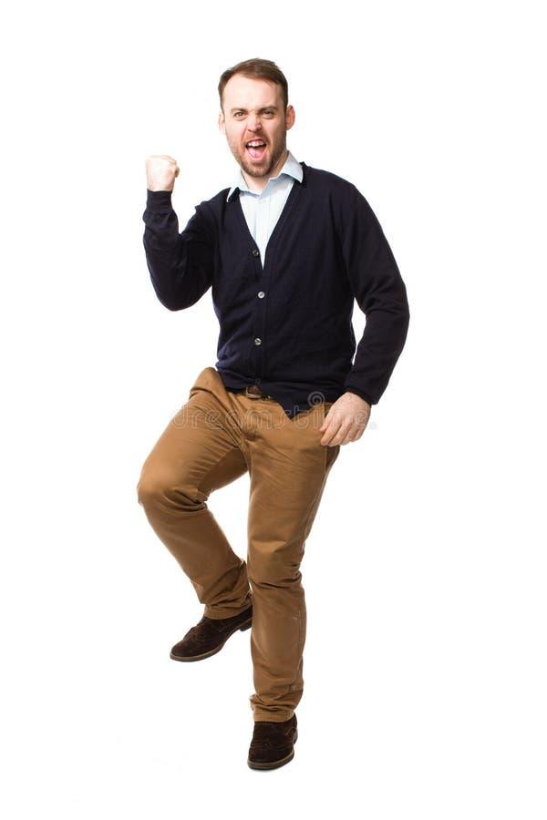 Сердитый человек тряся его кулак и штемпелевать стоковое фото rf