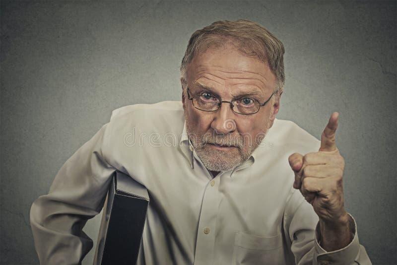Сердитый человек указывая его палец на кто-нибудь стоковое изображение rf