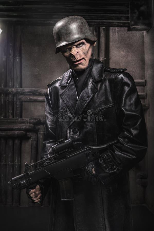 Сердитый baboonish человек в черных одеждах стоковые изображения rf