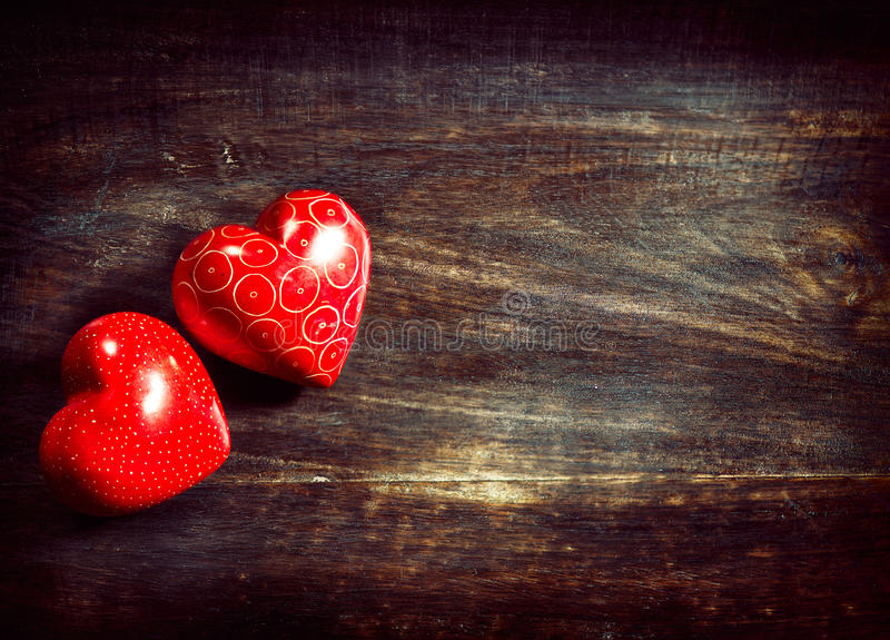 Сердца валентинок над древесиной