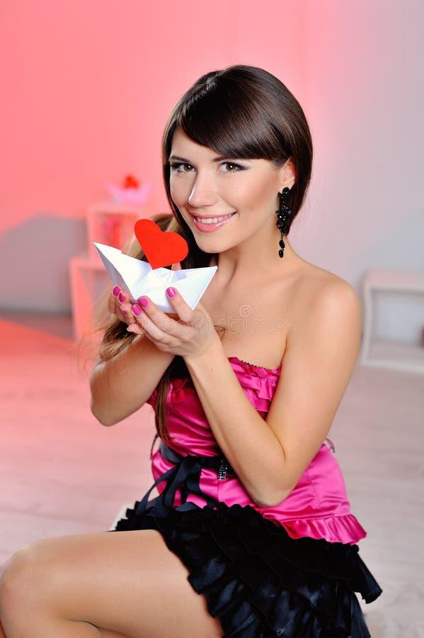 Сердце белизна символа красного цвета влюбленности предпосылки розовая Портрет красивого счастливого владения Valen женщины стоковое фото rf