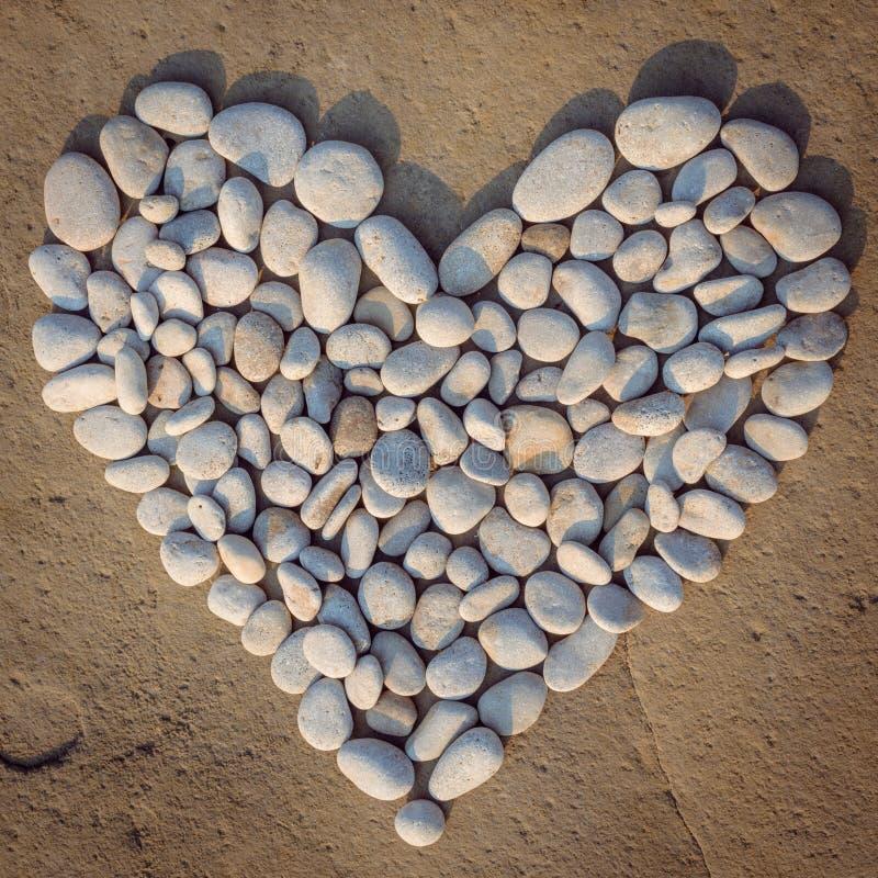 Сердце белых камней стоковое фото