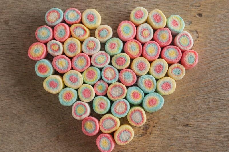 Сердце зефира на деревянной предпосылке стоковое изображение rf