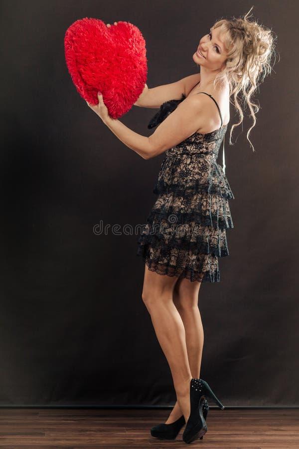 Сердце зрелого объятия женщины большое красное стоковые изображения