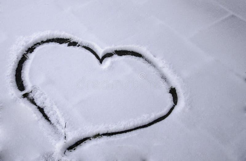 Сердце нарисованное в снеге стоковые изображения