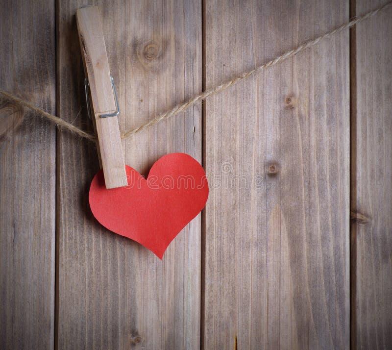 Сердце на веревочке с зажимкой для белья стоковое изображение rf