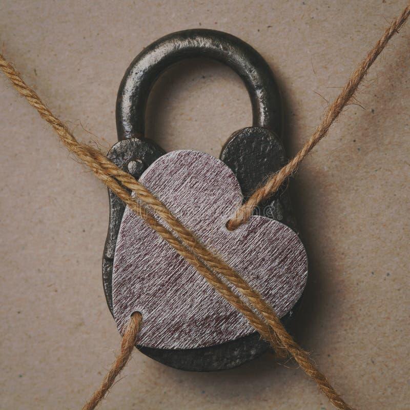 Сердце на замке, символическое фото стоковые изображения rf