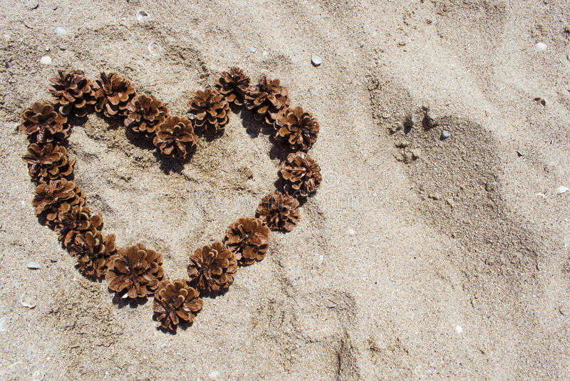 Сердце на песке конусов стоковое изображение rf