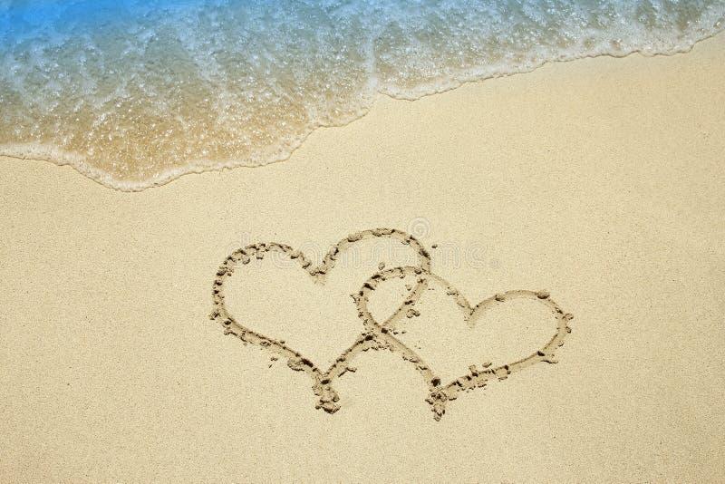 Сердце на песке морем стоковое фото